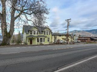 Downtown Craftsman w/private hot tub and game room!, Hood River