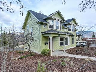 Spacious downtown Craftsman w/private hot tub and game room!