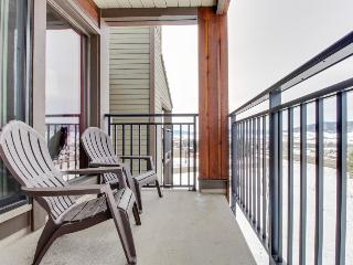 Top floor loft w/ shared pool & hot tub - just steps to Gondola Square