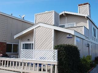 Upper Duplex, 1 Block to the Beach, Balcony with BBQ, Great Value in Newport
