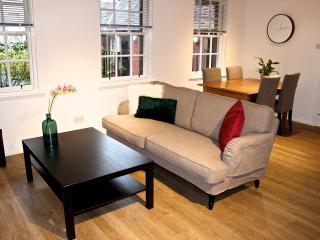 Modern 2 Bedroom Grassmarket Apartment by SQUARE, Edimburgo