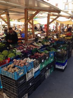 Caratteristico mercato diurno della frutta sulla Piazza