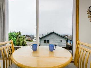 Quiet, dog-friendly house with oceanview - short walk to the beach!
