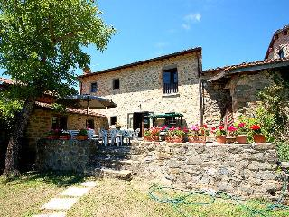 8 bedroom property with pool in Garfagnana