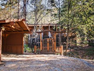 Quiet home with big deck and private hot tub!, Idyllwild