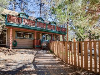 Dog-friendly cabin with fireplace & beautiful views!, Idyllwild