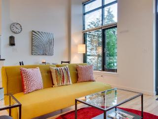 Cozy, dog-friendly, lakefront condo - bike, walk, or rollerblade!, Seattle