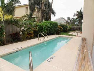 Great dog-friendly w/ shared swimming pool & beach access!, South Padre Island