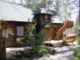 Inviting cottage with a wood stove & decks near the village!, Idyllwild
