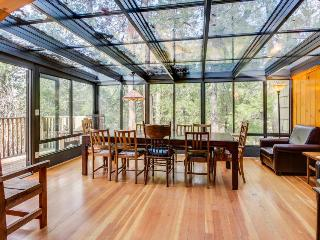 House in the woods with private hot tub & glass atrium dining room!, Idyllwild