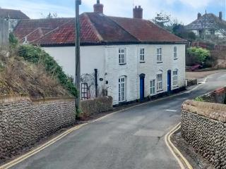 COBBLER'S COTTAGE, spacious and cosy, open fire, dog-friendly, in Mundesley, Ref