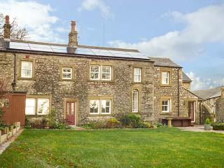 OLD HALL COTTAGE, hot tub, multi-fuel stove, open fire, WiFi, countryside views, Settle, Ref 929950