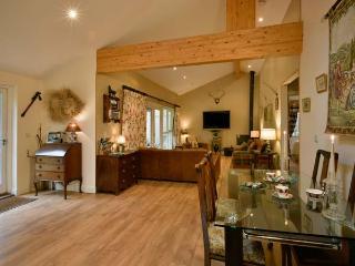 COLERIDGE, luxury, detached cottage, woodburner, pet-friendly, hot tub, Kilve, R
