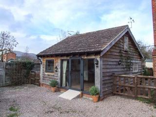THE PHEASANT'S NEST, detached cottage, ground floor studio, parking, in Malvern, Ref 931535, Little Malvern