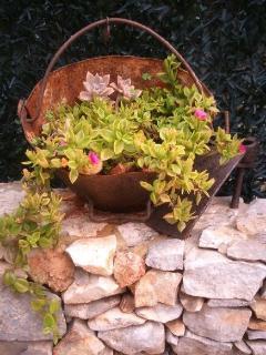 Jardín decorado con detalles rústicos.