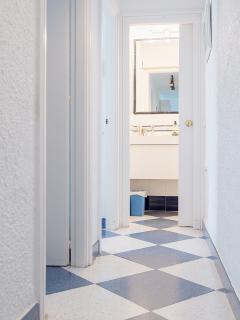THE HALL LEADING TO THE BEDROOMS AND BATHROOM / PASILLO QUE LLEVA A LA HABITACIONES Y AL BAÑO
