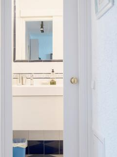 ENTRANCE TO THE BATHROOM (2 people sink) / ENTRADA AL CUARTO DE BAÑO (Lavabo para 2 personas)