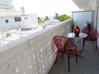 Beautiful Deluxe Jr. Suite on Ocean Dr w/ balcony, Miami Beach
