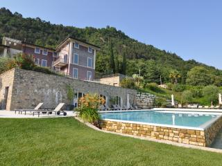 Luxury apartment with pool, lake view and garden, Salo