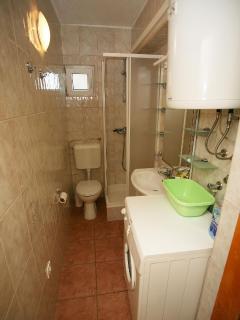 Nela 2(4): bathroom with toilet