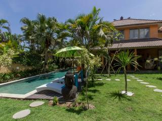 5 bedrooms villa 600m from beach