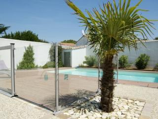 Charming villa with a swimming pool, Le Bois-Plage-en-Re