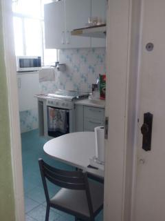 Cozinha com fogão e armários