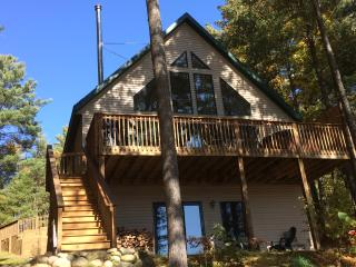 Bear's Den Lakefront Chalet w/OUTDOOR HOT TUB, Gaylord