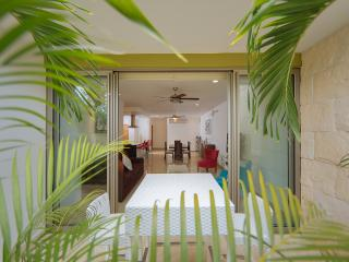 STUDIO ONE104 WONDERFUL NEW CONDO STEPS FROM BEACH, Playa del Carmen