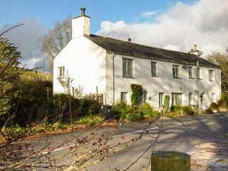3 VALE VIEW, cosy cottage, open fire, WiFi, upside down accommodation
