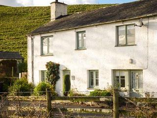 3 VALE VIEW, cosy cottage, open fire, WiFi, upside down accommodation, Hawkeshea