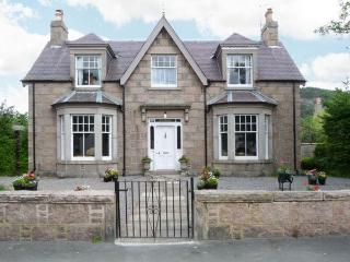 GRANVILLE, open fires, WiFi, enclosed garden with furniture, great base for Cairngorms National Park, Ref 913393