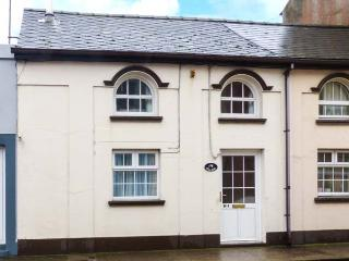 BEL AMI, mid-terrace cottage, soild fuel stove, enclosed patio, beach 2 mins walk in Youghal, Ref 923858