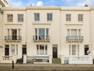 EASTON HOUSE, WiFi, sea views, off road parking, Ryde, Ref 923987
