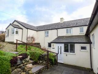MANAWDAN, en-suite bedrooms, WiFi, enclosed garden, mountin views, near Penygroes, Caernarfon, Ref 924719
