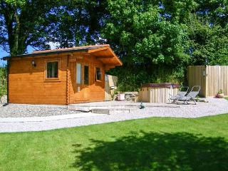 OWL COTTAGE solid fuel stove, shared use of hot tub and sauna, family-friendly i