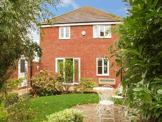 RIVERSIDE COTTAGE, en-suite, WiFi, parking, garden, close to amenities, Evesham, Ref. 926187