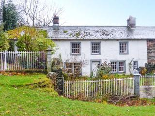 TOWNHEAD COTTAGE, romantic cottage, open fire, private garden, walks from the door, Pooley Bridge, Ref. 927735