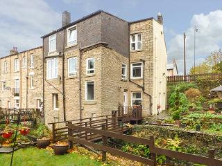 THE GARDEN RETREAT AT BIRDS NEST COTTAGE, ground floor, WiFi, enclosed garden, in Glossop, Ref 930186