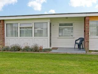 BEACH ROAD CHALET, shared grounds & swimming pool, in Great Yarmouth, Ref 930942