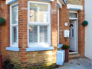 BOB COTTAGE, WiFi, close to beach, courtyard garden, Ramsgate,Ref 931064
