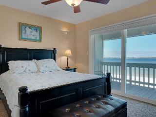 Bayfront Views, Shared Pool, Walk to Beach!, Gulf Breeze