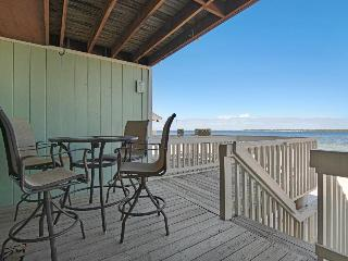 Lovely condo w/ bay views, shared pool - walk to the beach, snowbirds welcome!