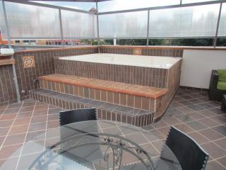 PH 3 Bedroom AC Giant HoT TuB 5 blocks Lleras Roof, Medellin