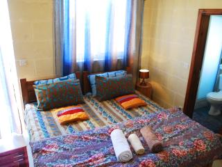 Globetrotter Homestay - Ensuite Deluxe Room with Private Bath and Balcony, Ghajnsielem