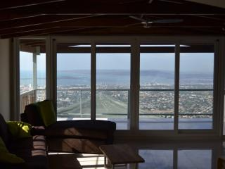 Balcony 2 Bed Apt shared Pool, Degicel TEL:4566516, Kingston