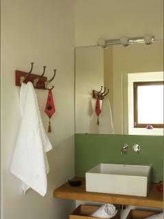 Salle d'eau avec grande douche à l'italienne