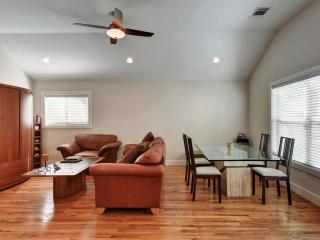 Brentwood Guest House, Modern Home, Central Location in Burnet Dining District