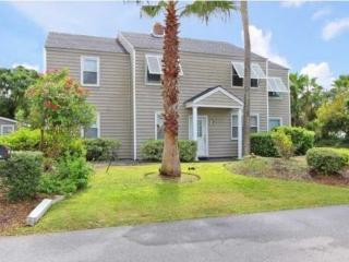 IOP-Grnd FL Duplex-3BD/1BA-Pvt Golf Cart-Dog Friendly-1 Block to Beach!, Isle of Palms