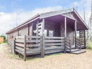 PAPILLON LODGE, ground floor detached lodge, en-suite, lawned garden, pets